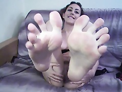Amateur cutie licks her own toes